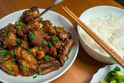 Riz chinois au poulet avec côtes levées à l'ail
