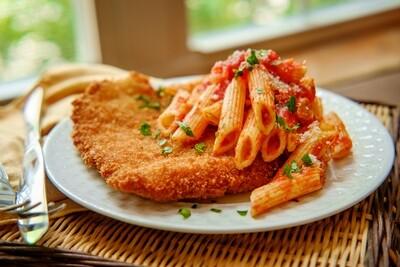 Poulet parmesan avec penne sauce tomate