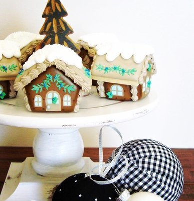 Blyss Gingerbread House 01