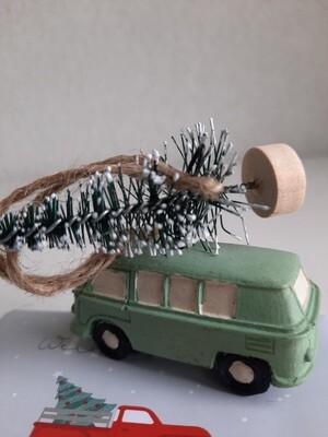 grüner VW-Bus mit Tannenbaum