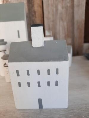 Haus mit vielen Fenstern und Kamin