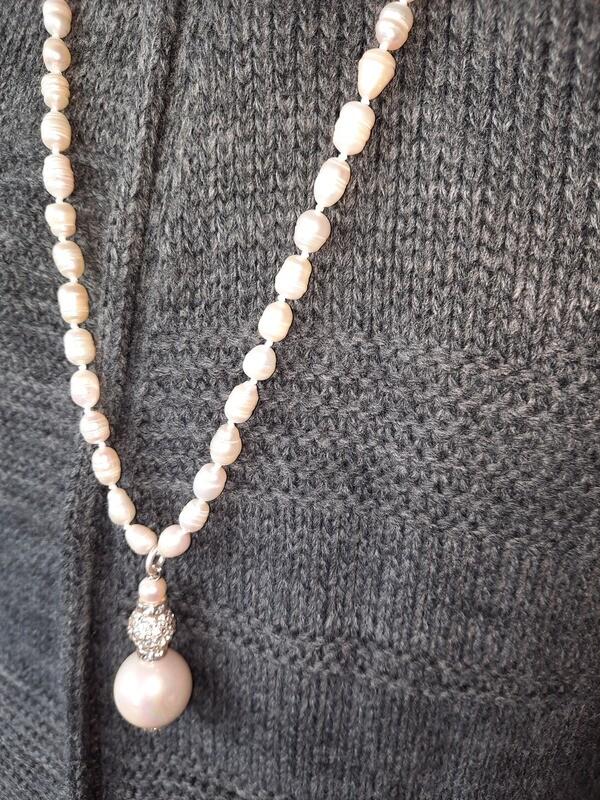 Halskette lang mit Anhänger - Süsswasserperlen