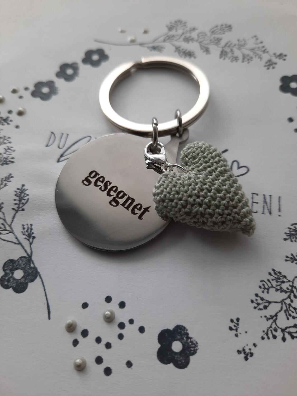"""Schlüssel-Anhänger """"gesegnet"""" --- mit gehäkeltem Herz (Farbe darf gewählt werden)"""