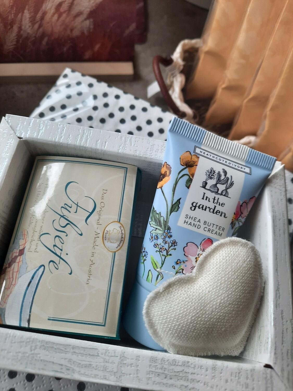 Geschenkset in einem schönen Truckli: Seife, Handcreme und Härzli