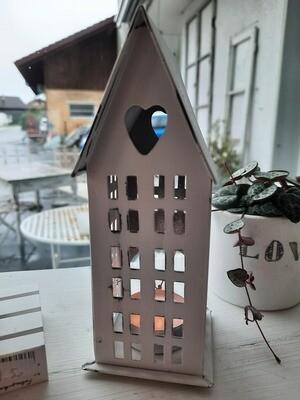 das kleinste Haus des Dorfes - hier wohnt die Liebe