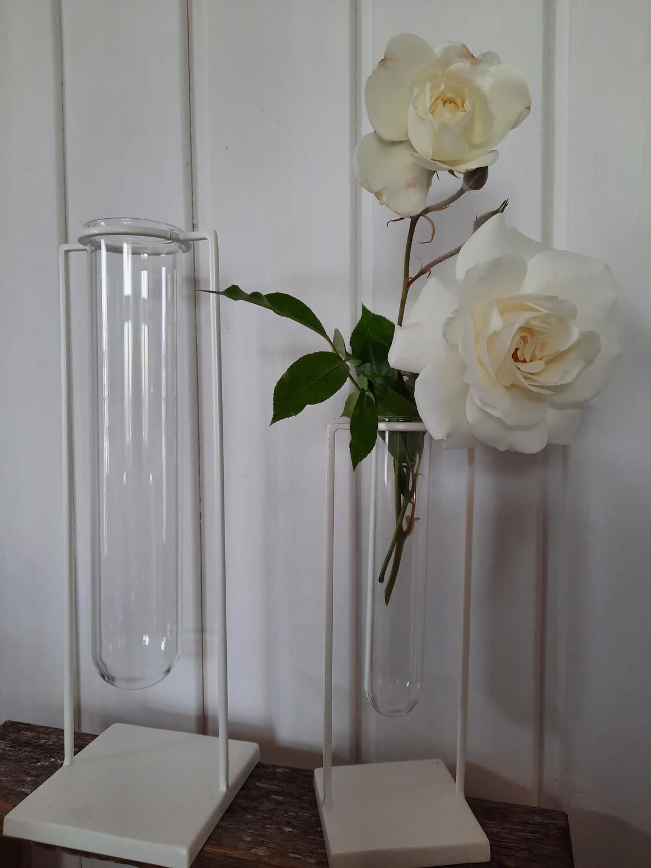 weisser Ständer mit Reagenzglas 21 cm (rechts im Bild)