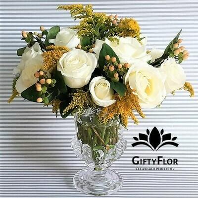 Janaan | Arreglo con rosas en florero romántico | Giftyflor