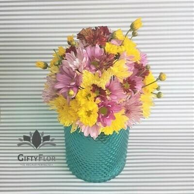 Ghaaliya | Arreglo con margaritas en florero azul