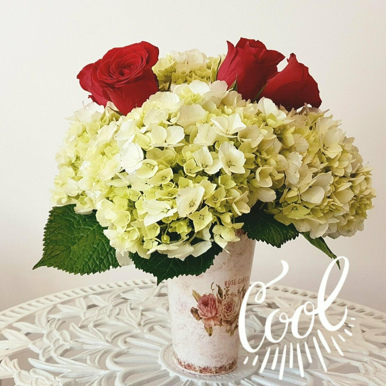 Cool Arreglo rosas y hortensias base metal vintage
