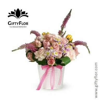 Anbar| Arreglo con rosas en contenedor de metal | Giftyflor
