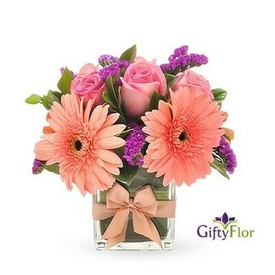 Allison | Rosas y Gerberas en florero cuadrado