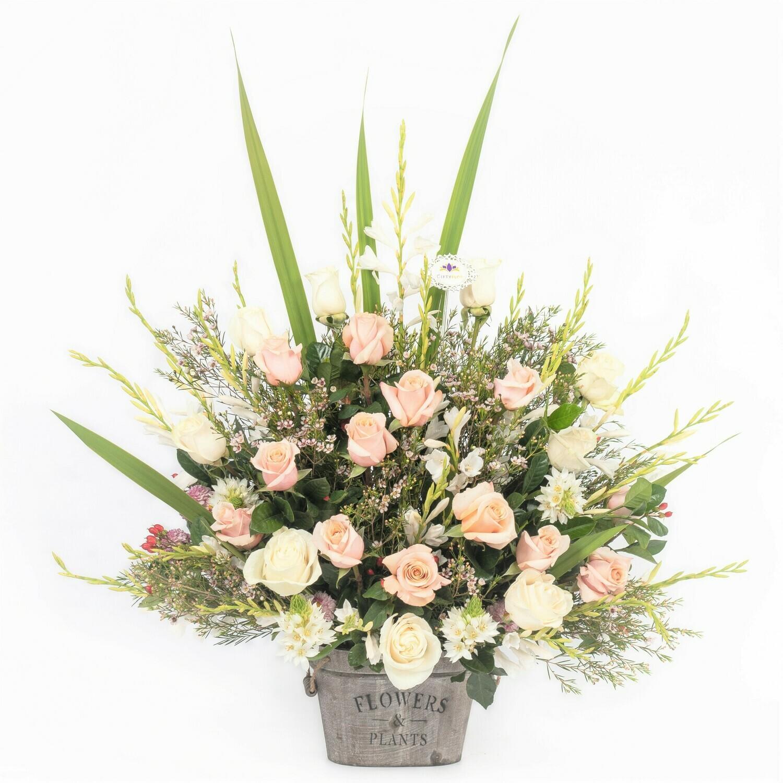 Baby Arreglo de Rosas y Flores en jardinera de madera
