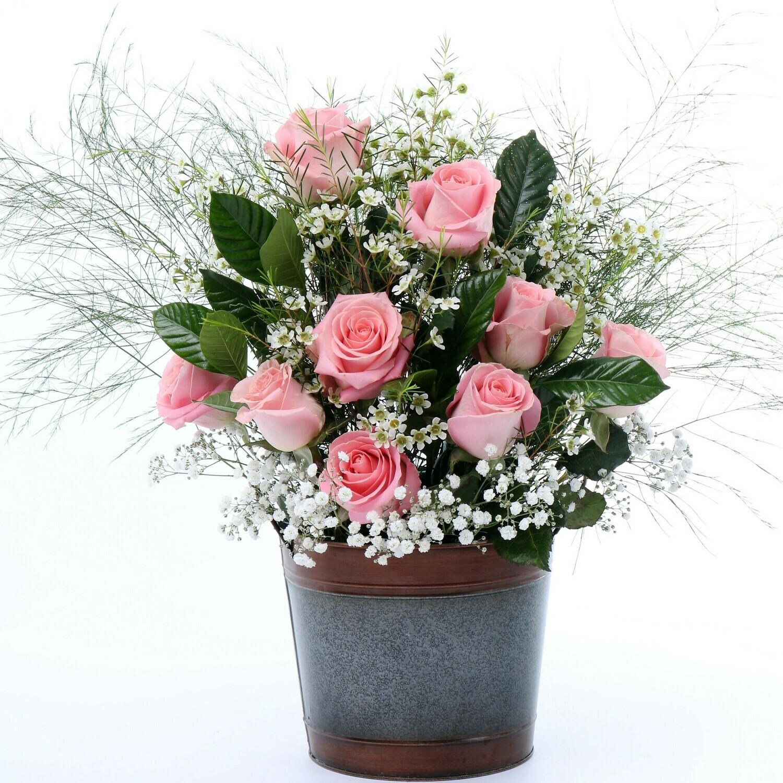 Ari arreglo de rosas en balde de metal decorativo