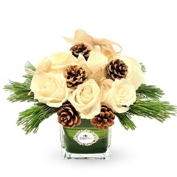 Noel Arreglo de rosas Blancas Piñas y ramas de Pino