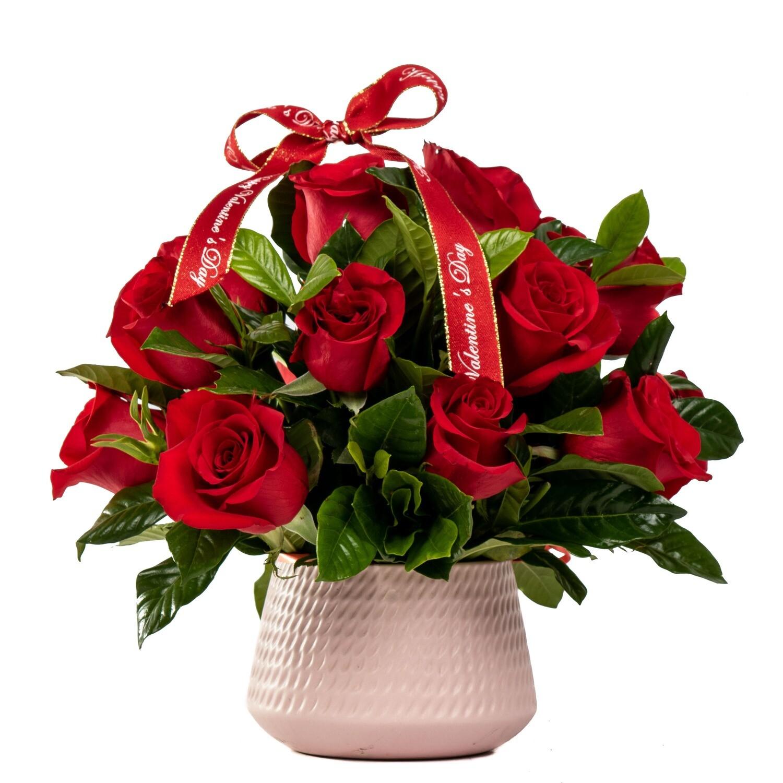 Amy Arreglo de 18 rosas rojas en base cerámica rosada