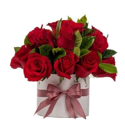 Venecia | Arreglo de 16 rosas rojas en sombrerera