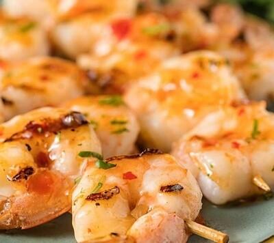 Brochette de crevettes marinées sur riz