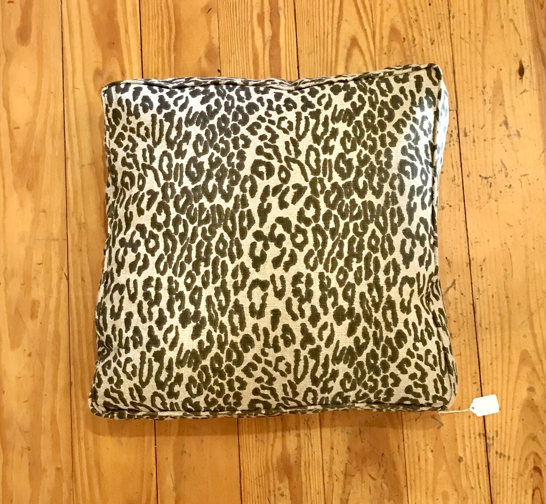 Box pillow leopard