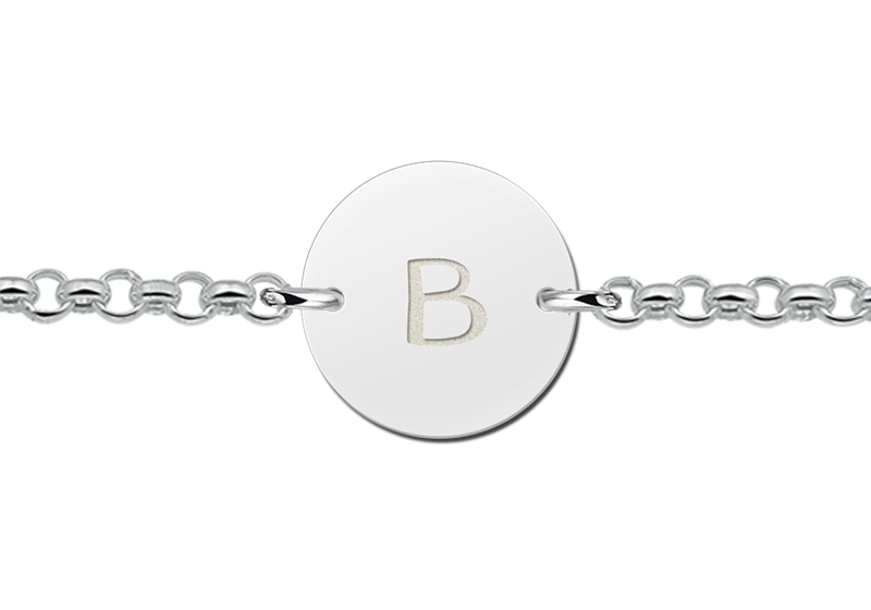 Silbernes Armband mit Buchstaben ringförmig