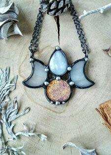 Подвеска из стекла, лунного камня и олова