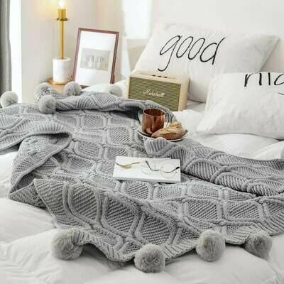 Вязаное одеяло с помпонами