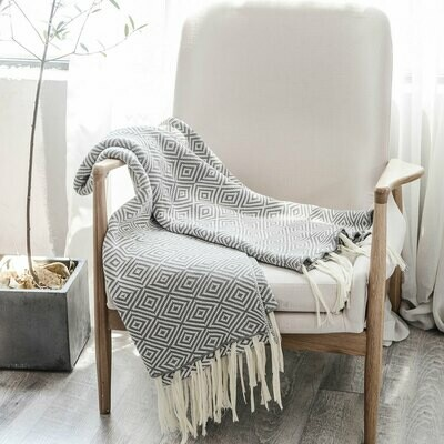 Вязаное одеяло с бахромой с геометрическим рисунком