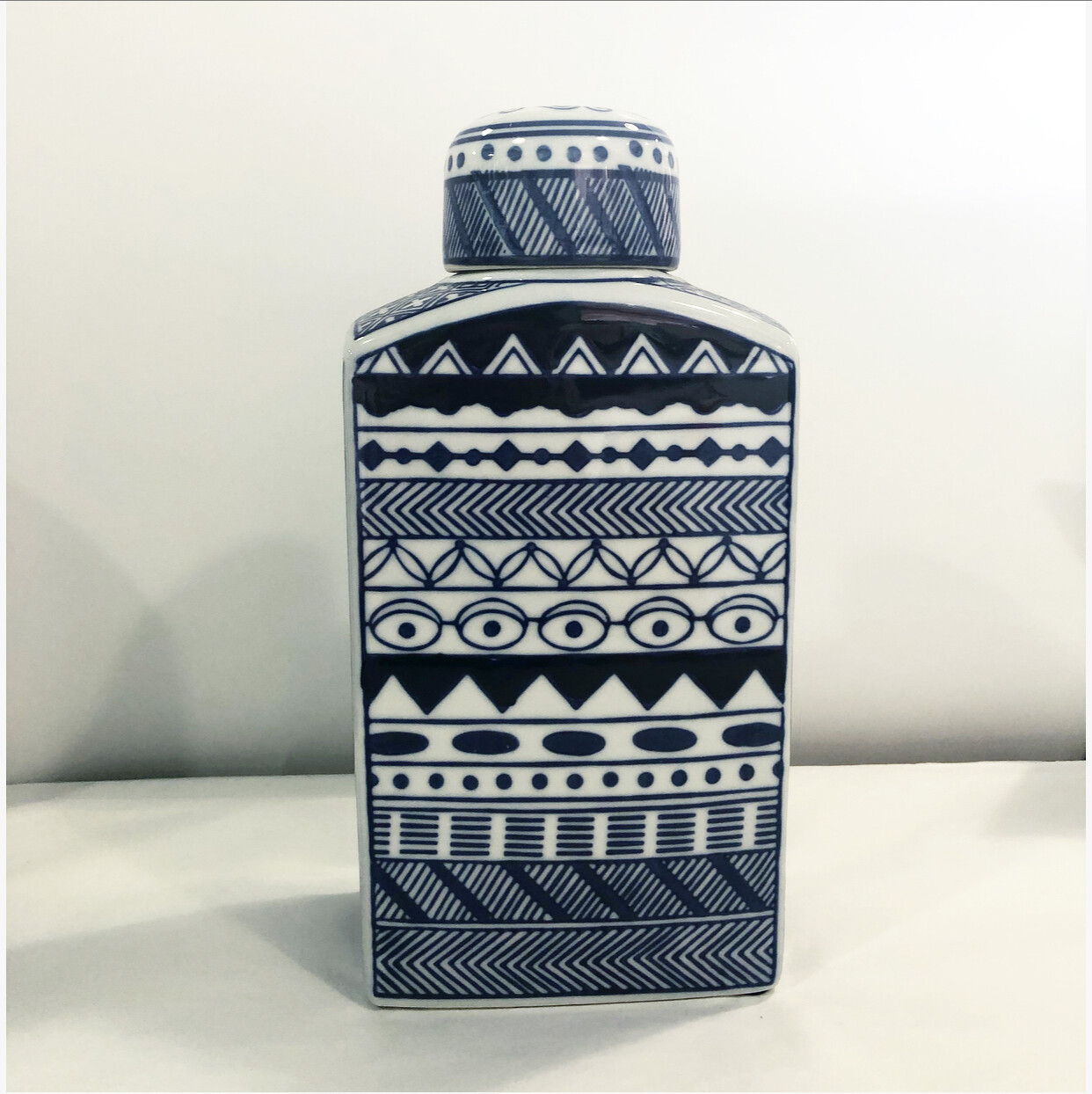 PURE-Dec. Ceramic  Vessel w. lid  20.5 x 7.5 x 5cm