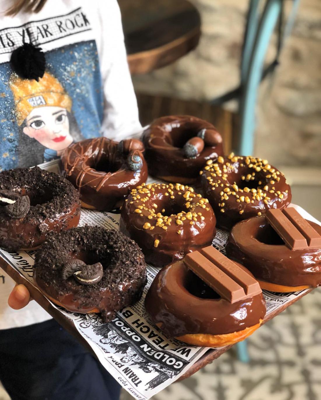 Pack de 4 donuts , 7 macarons  y 2 bebidas Yogui Tea
