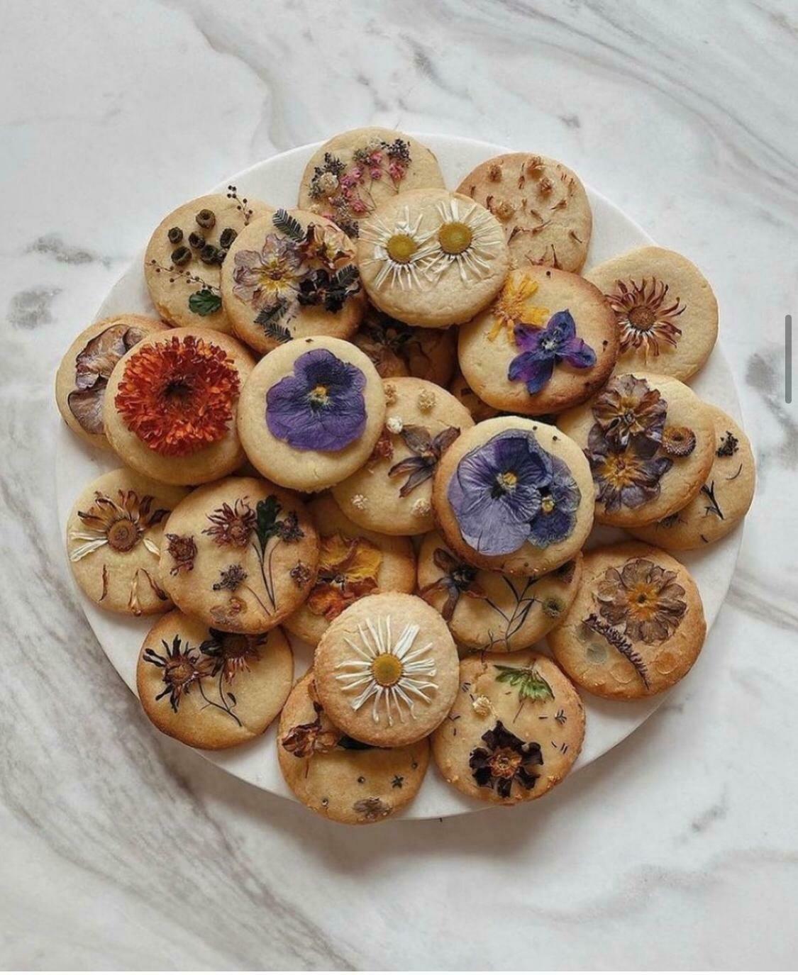 Galeta de vainilla amb flors comestibles