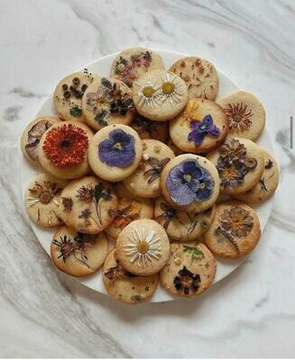 Vanilla cookie with edible flowers