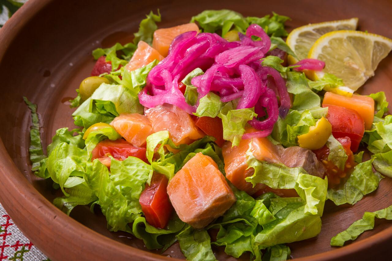 Салат со смаженым лососем