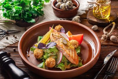 Стейк-салат с лососем
