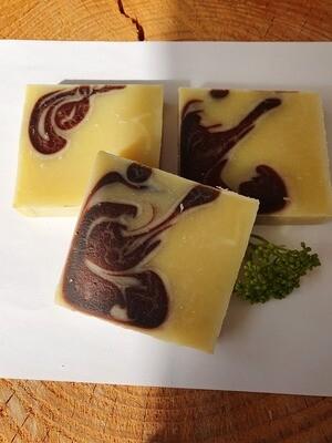Sandelholz Geranium Seife, handgemacht und vom Block geschnitten, vegan, mit Kakaobutter, für trockene empfindliche Haut