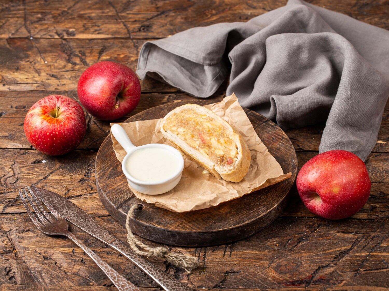 Яблочный штрудель с ванильным соусом