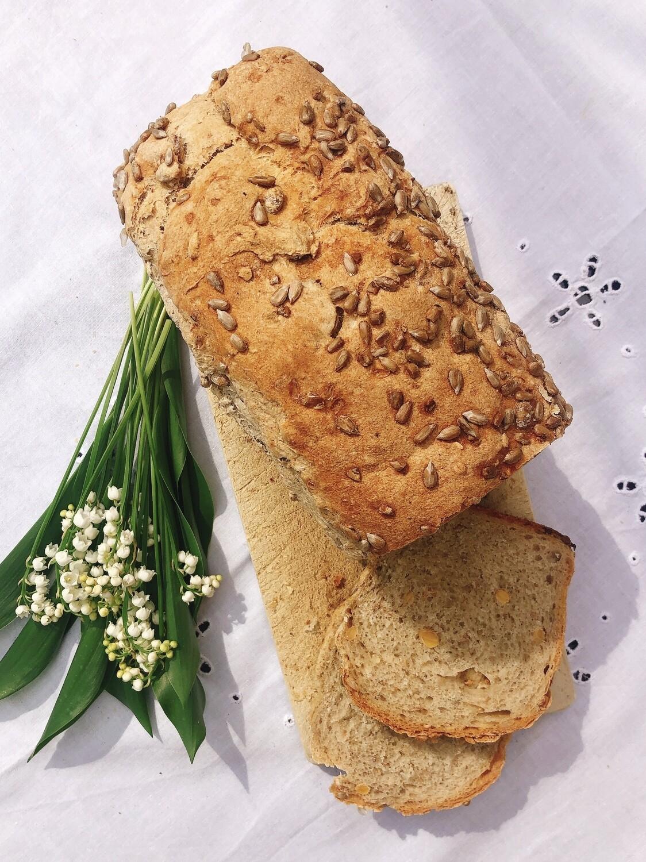 Chleb razowy ze słonecznikiem i ziarnami soi krojony