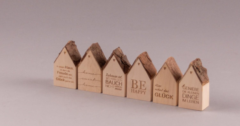 Rinden-Häuschen mit Schriftzug