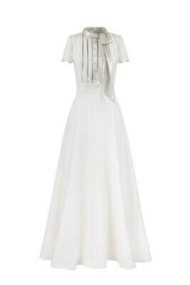 Белое платье с золотым шарфом