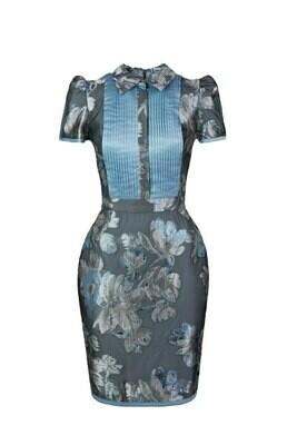 Голубое платье с шелковыми складками