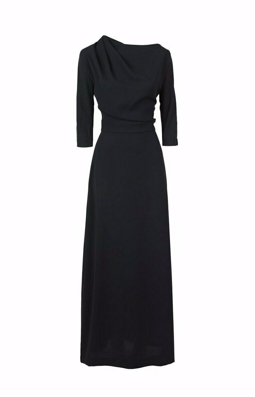 Черное длинное платье со складкой на плече