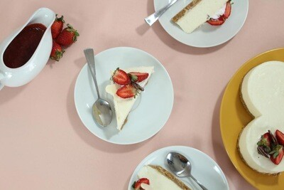Cheesecake de fresas y corazones de chocolate con coulis de frutos rojos 14cm