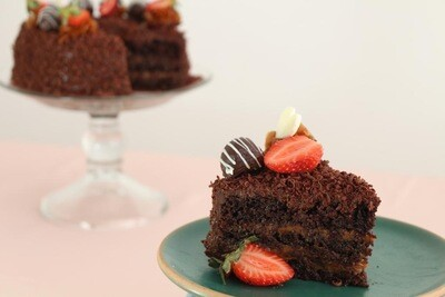 Torta de chocolate D14 decorada con fresas, trufas y corazones de chocolate