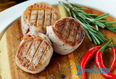 Медальоны из свиной вырезки в беконе с сырным соусом, 220 гр