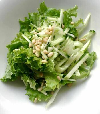 Зеленый салат с ореховым соусом, 150 гр