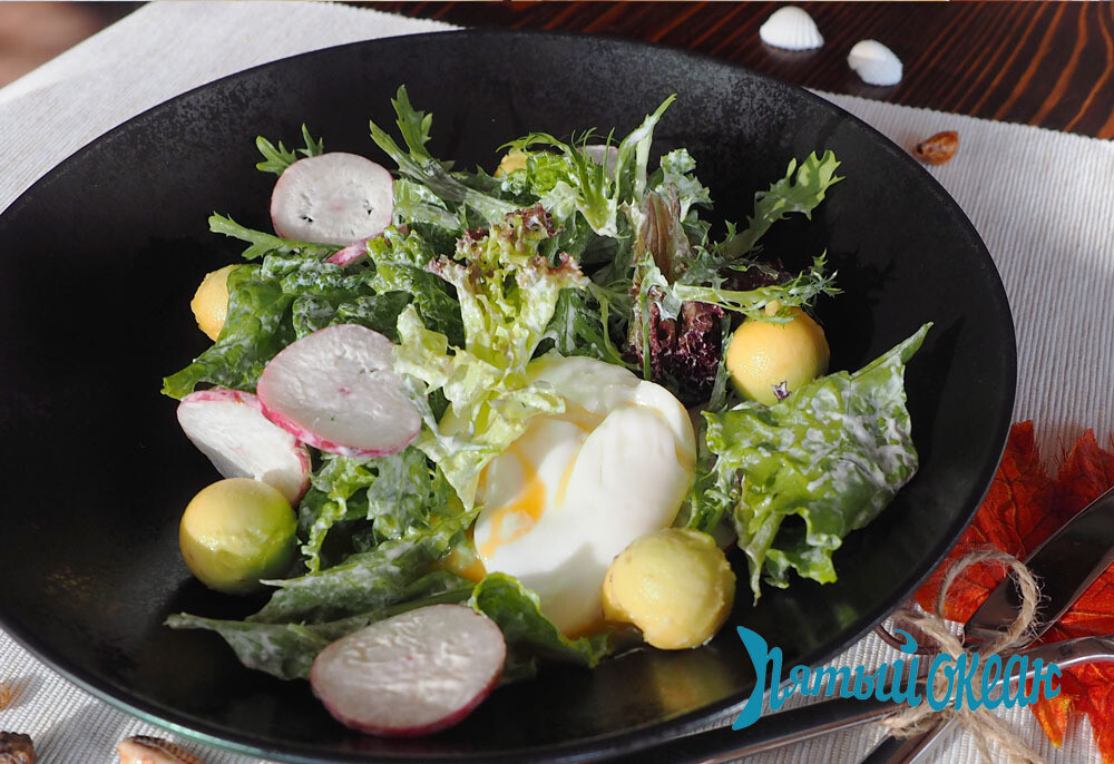 Салат с авокадо и яйцом пашот, 150 гр