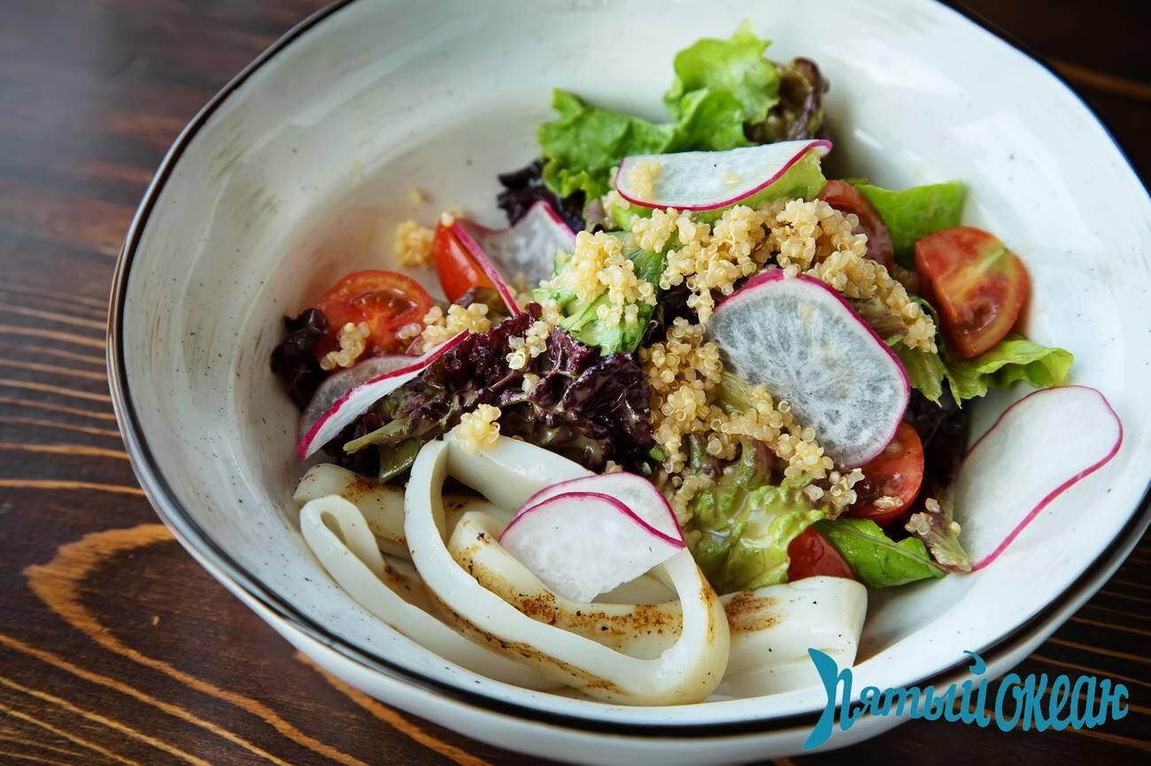 Салат с киноа и кальмаром, 180 гр