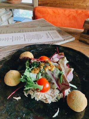 Салат с риетом из кролика и фалафелем