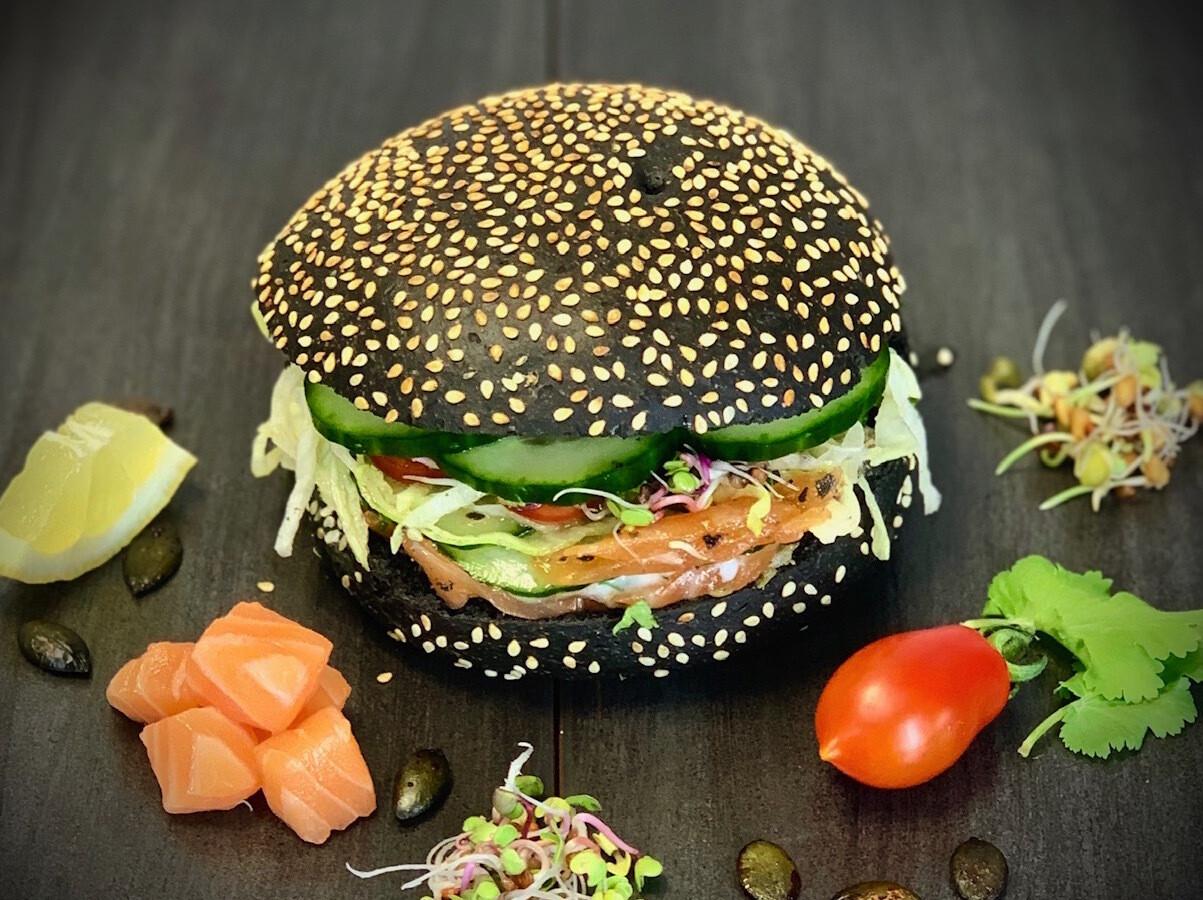 Hamburger à l'encre de sèche, farine bio, au saumon gravlax