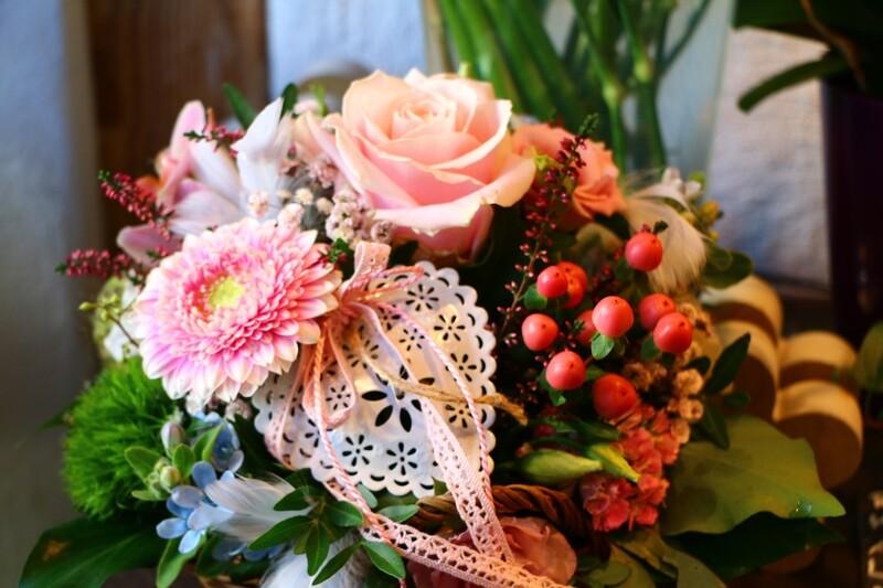 Blumengesteck in Korb