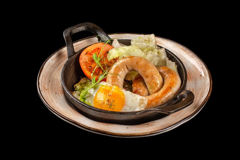 Бельгийская колбаска с яичницей