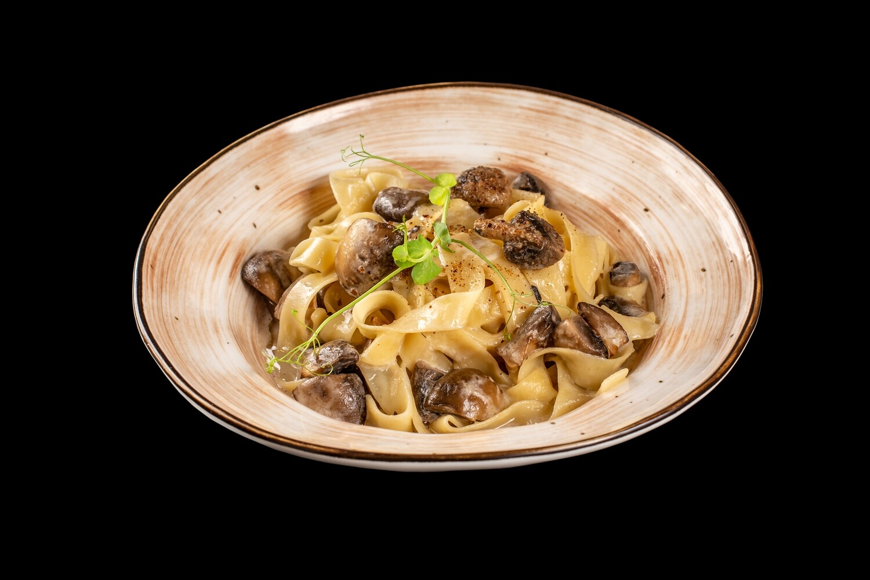 Тальятелле с шампиньонами в сливочном соусе и сыром пармезан